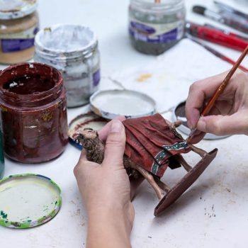 Pintado manual y acabado de figuras